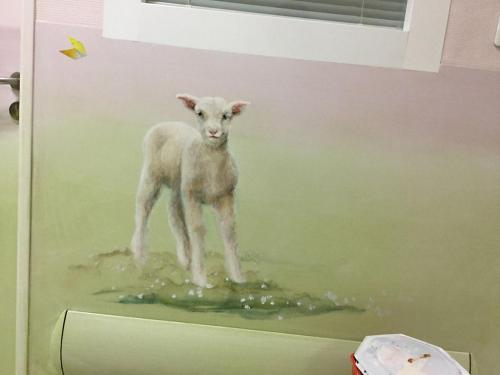 Mouton peint sur mur - Néonatalogie - Corbeil.