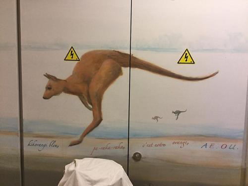 Kangourous peints sur mur - Necker - Le voyage à travers les contes -  Affabulation.